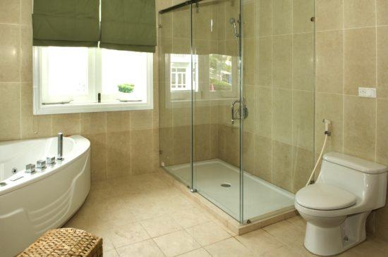 Chiếc cửa sổ nhỏ sẽ giúp căn phòng vệ sinh thêm tươi sáng và thông thoáng