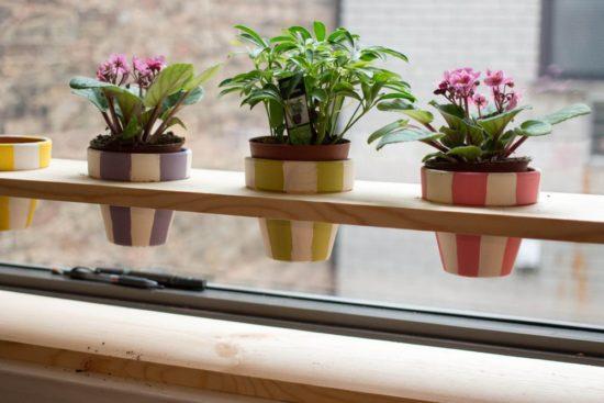 Đặt các chậu cây ở lan can phòng ngủ cho không gian thêm thân thiện
