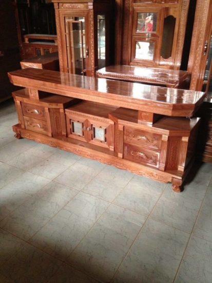 Kệ tivi gỗ được làm từ gỗ hương sang trọng