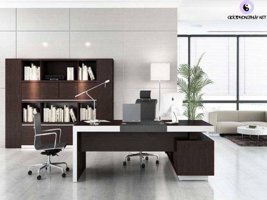 Không nên bố trí bàn làm việc ở giữa phòng