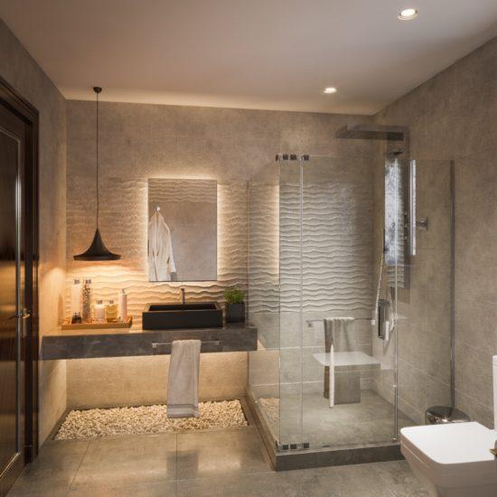Nhà tắm kính rộng rãi, sạch sẽ