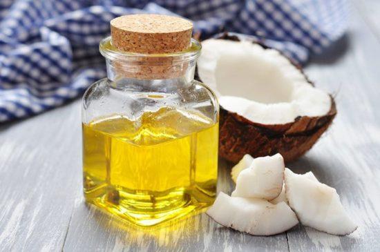 Sử dụng dầu dừa để lau gọn sàn gỗ