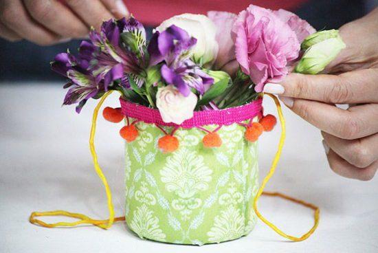 Sự sáng tạo làm nên những giỏ hoa nhỏ xinh vô cùng đẹp mắt mà trông rất đơn giản