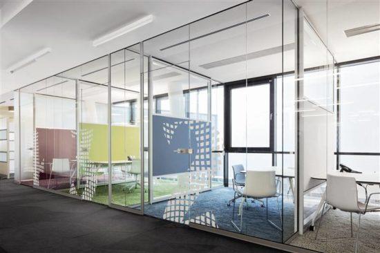 Vách ngăn kính cho văn phòng thêm hiện đại, riêng tư hơn