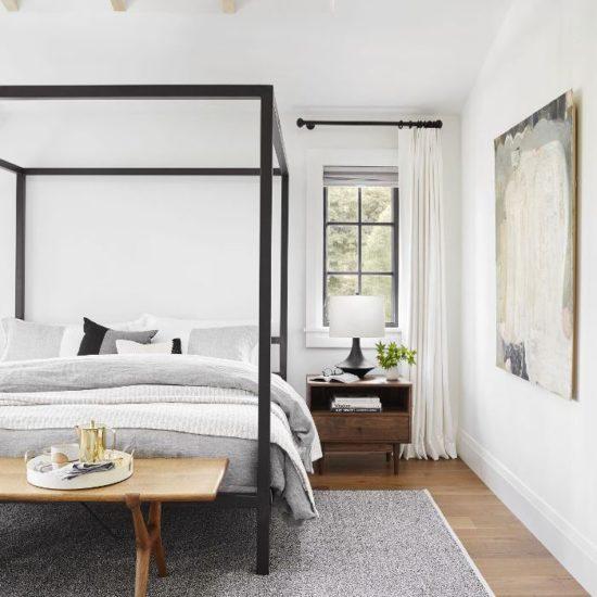 Các gam màu sáng sẽ giúp cho phòng ngủ nhỏ rộng rãi và bừng sáng hơn