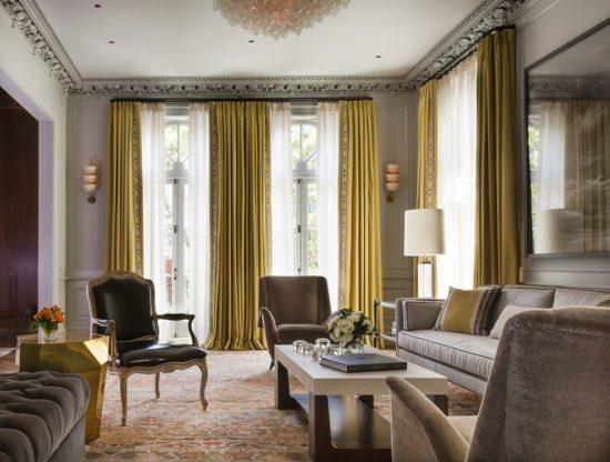 Lựa chọn rèm màu vàng để tạo điểm nhấn về màu sắc cho không gian