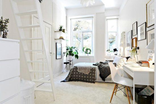Màu trắng kết hợp với ánh sáng sẽ giúp cho không gian phòng ngủ rộng rãi hơn