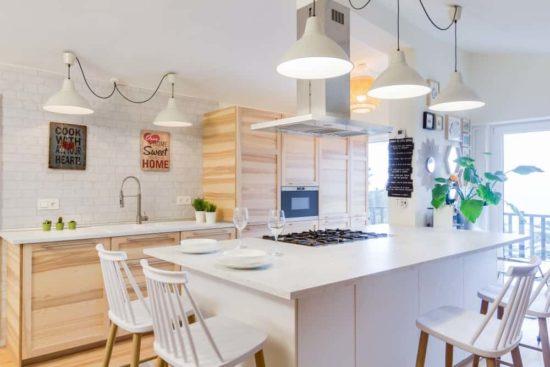 Phòng bếp với chất liệu chủ yếu sử dụng là gỗ