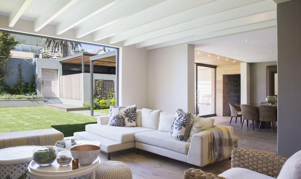 Phòng khách hiện đại mang không gian mở và thoáng mát