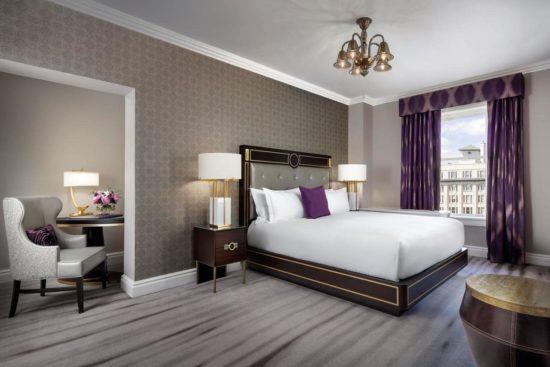 Phòng ngủ master tân cổ điển với sắc tím làm điểm nhấn nhẹ nhàng