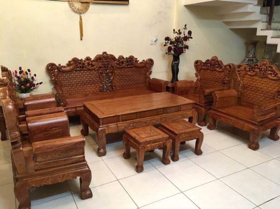Các mẫu bàn ghế này thường có màu tối, bền đẹp