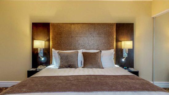 Đèn ngủ đóng vai trò là thiết bị nội thất trang trí cho phòng ngủ khách sạn