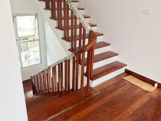 Gỗ làm cầu thang có thể là gỗ tự nhiên hoặc gỗ công nghiệp