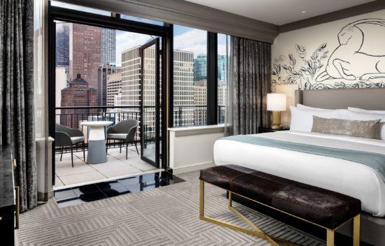Phòng ngủ khách sạn đẹp có ban công thoáng mát, sang trọng